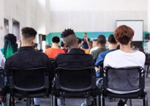 Kép a férfiak egy osztályteremben